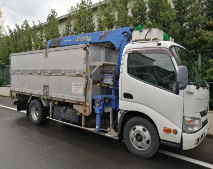 運搬車両および容器